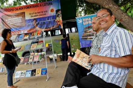"""""""Trabalhar perto dos livros mudou minha forma de enxergar a leitura, me estimulou a ler muito mais do que antes"""" Edvaldo Souza, motorista da Feira Móvel / Foto: Julien Karl"""